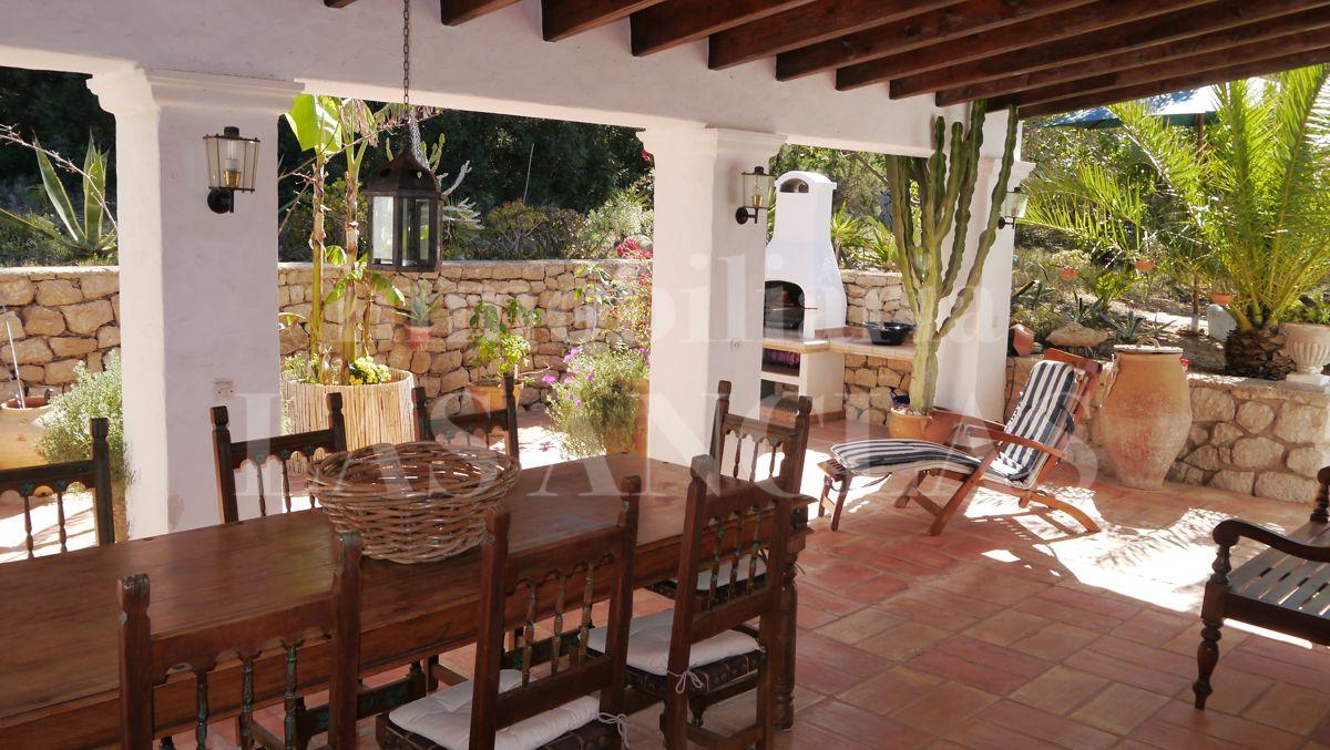 Ibiza propiedades vendidas encantadora villa de una sola for Terrazas traseras
