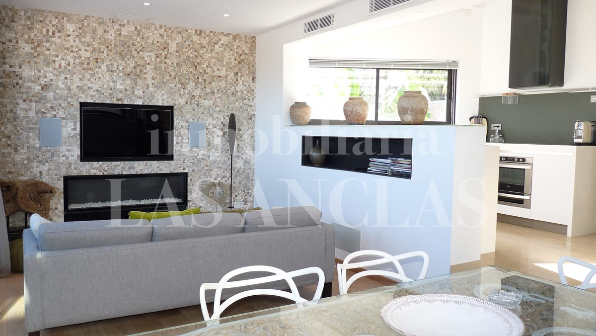 light lounge woth open-plan kitchen - villa in Santa Eulalia Ibiza for sale