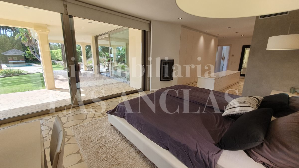 Kingsize bed with beautiful views of the garden and pool - luxury villa in Santa Gertrudis Ibiza for sale