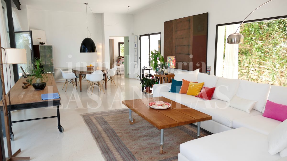 Spacious light-flooded lounge thanks to the inner courtyard and to the main terrace - villa in Santa Gertrudis Ibiza for sale