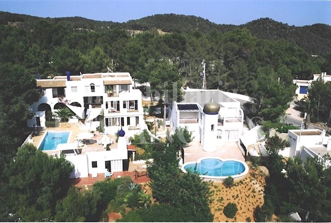 Ibiza west coast - Complex of 2 attractive villas with a total of 18 bedrooms and sea views to buy