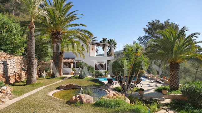 Ibiza Santa Eulalia - Conveniently located country villa with beautiful palm garden for sale