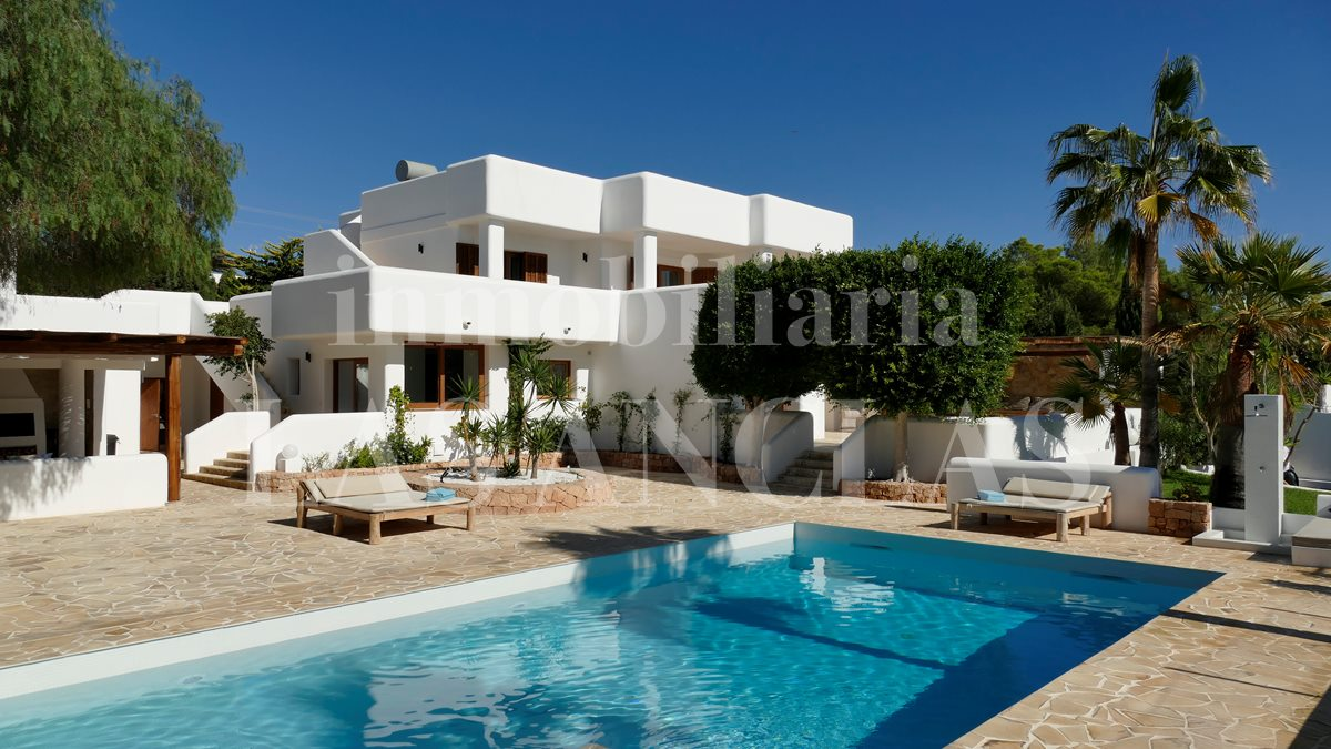 Villa with swimming pool to sell - luxury villa between Ibiza & San José for sale