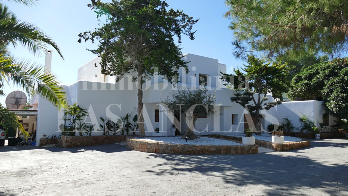 luxury villa between Ibiza & San José for sale